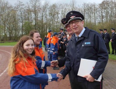 Tatjana und Saskia wird die Leistungsspange durch den stellvertretenden Bezirksjugendfeuerwehrwart Sascha Bädorf verliehen.