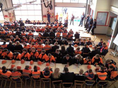 Jugendliche und Betreuer aller 13 Jugendfeuerwehren des Landkreises trafen sich im Neuenhauser Feuerwehrhaus