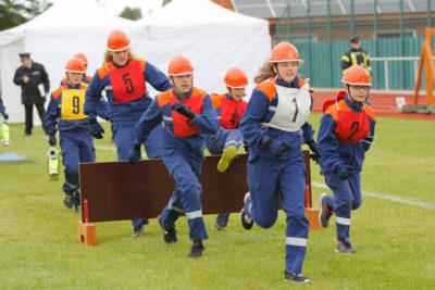 Ähnlich wie beim Bundeswettbewerb müssen die Teilnehmer beim CTIF über eine Hürde. Hier ist es allerdings die gesamte Gruppe. Foto: Kutzner