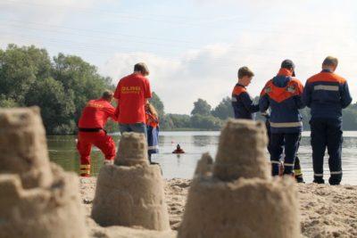 Hinter den letzten Sandburgen am Sander See fand die Einweisung statt, um Recca Weber von der DLRG aus dem Wasser zu ziehen.
