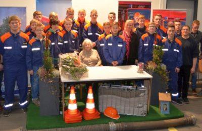 Die JFM der JF Messingen mit der Vorsitzende des Heimatvereins Messingen Ursula Kottebernds danken Erna de Vries für den eindrucksvollen Vortra Foto: Klaus Smit